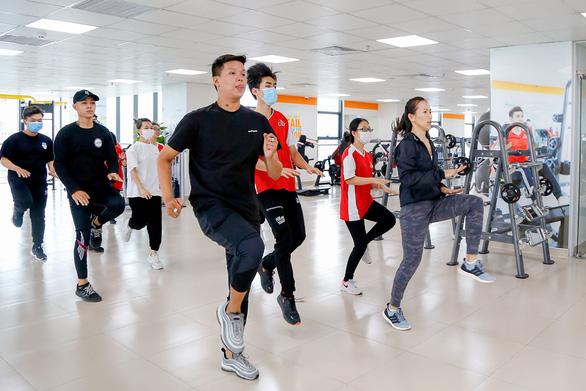 Trường đổi mới giáo dục thể chất, sinh viên hào hứng học bơi, yoga, khiêu vũ, boxing… - Ảnh 1.