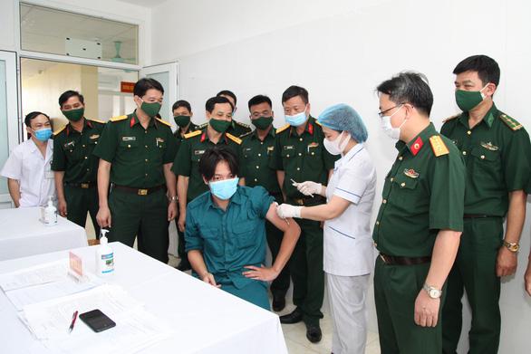 Tiêm vắc xin COVID-19 cho cán bộ tham gia Giao lưu hữu nghị quốc phòng biên giới Việt - Trung - Ảnh 2.