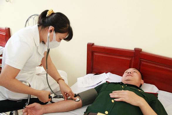 Tiêm vắc xin COVID-19 cho cán bộ tham gia Giao lưu hữu nghị quốc phòng biên giới Việt - Trung - Ảnh 1.