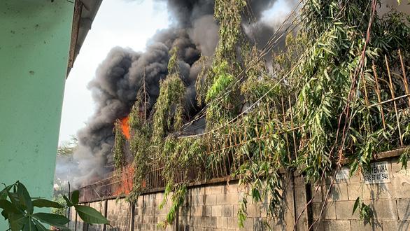 Cháy kèm nhiều tiếng nổ lớn ở kho Công ty sơn Toa tại Bình Dương - Ảnh 2.