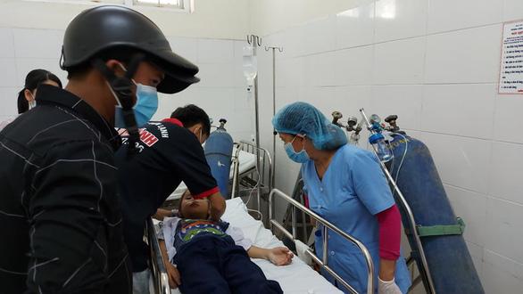 35 học sinh tiểu học ngộ độc hô hấp nghi do chơi slime mua ở cổng trường - Ảnh 1.