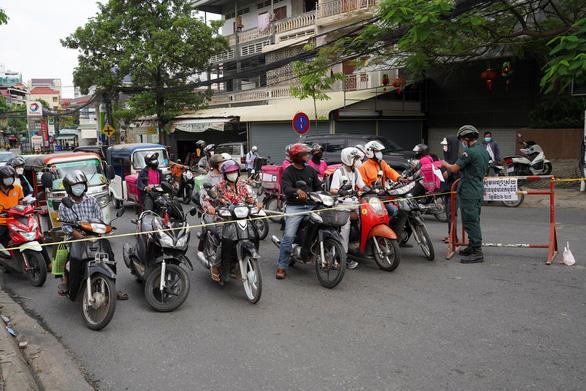 Thủ đô Phnom Penh trước nguy cơ phong tỏa dài hạn - Ảnh 4.