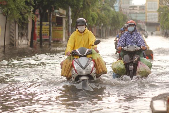 TP.HCM và miền Nam mưa đêm, sáng ngập vì sao? - Ảnh 1.