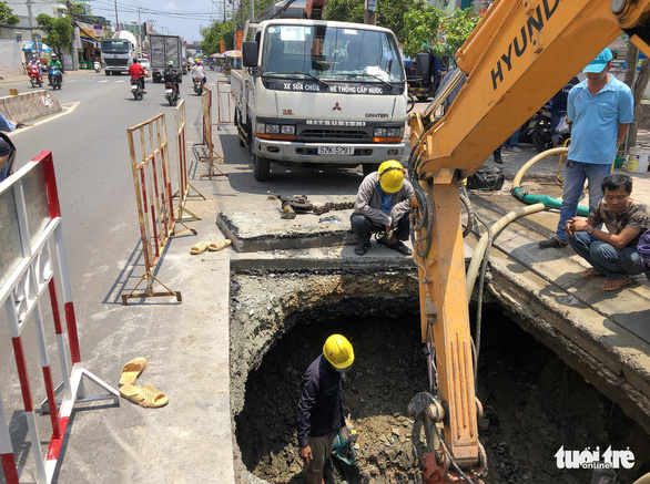 Xuất hiện hố sâu 2m trên đường Huỳnh Tấn Phát, TP.HCM - Ảnh 1.