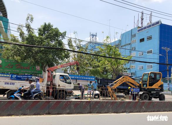 Xuất hiện hố sâu 2m trên đường Huỳnh Tấn Phát, TP.HCM - Ảnh 4.