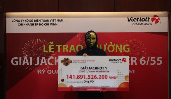Một nam nhân viên văn phòng ở TP.HCM trúng số Vietlott gần 142 tỉ đồng - Ảnh 1.