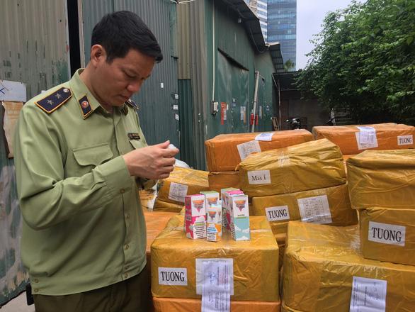 Thu giữ gần 14.000 lọ tinh dầu thuốc lá điện tử ở Hà Nội - Ảnh 1.