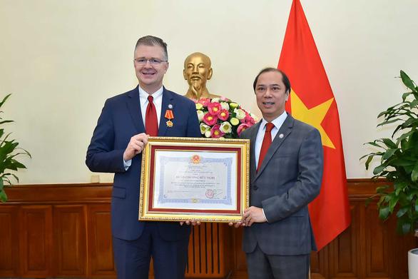 Đại sứ Mỹ Kritenbrink nhận Huân chương Hữu nghị - Ảnh 1.