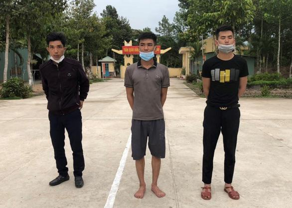 Bắt 2 người Campuchia đưa rước 3 người Nghệ An về Long An vượt biên - Ảnh 1.