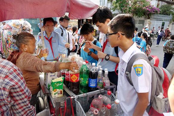 Trẻ xây xẩm, té xỉu khi ăn uống, ngửi mùi đồ chơi mua ở cổng trường - Ảnh 1.