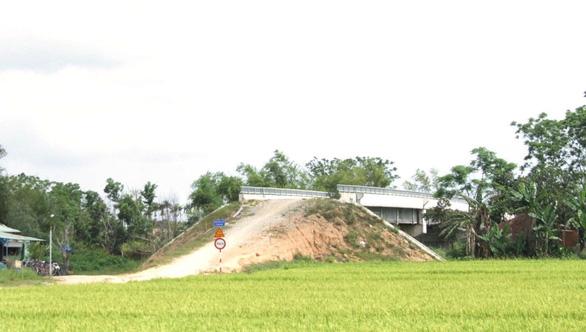 Cầu xây xong không có đất làm đường dẫn - Ảnh 1.