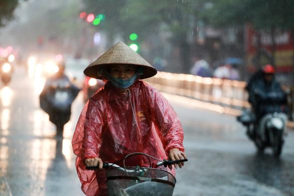Nửa đêm Hà Nội mưa dông sấm chớp, hai ngày cuối tuần Bắc và Nam Bộ mưa dông cục bộ - Ảnh 1.