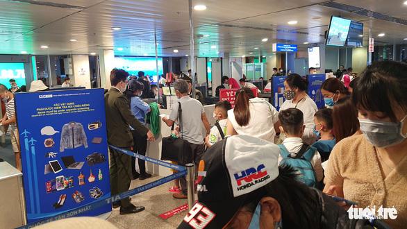 Lại kẹt cứng ở khu soi chiếu sân bay Tân Sơn Nhất - Ảnh 5.