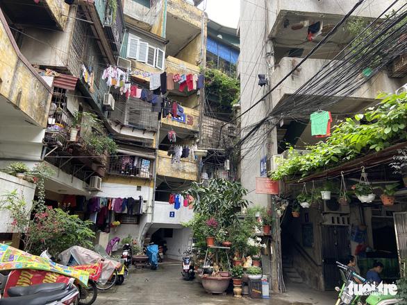 Chung cư cũ trung tâm Hà Nội xuống cấp nghiêm trọng, dân vẫn muốn tái định cư tại chỗ - Ảnh 1.