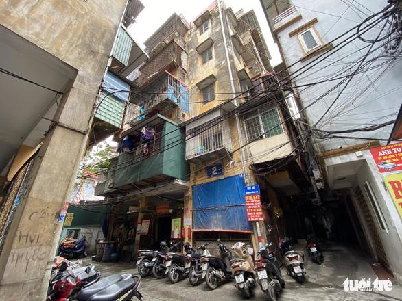 Chung cư cũ trung tâm Hà Nội xuống cấp nghiêm trọng, dân vẫn muốn tái định cư tại chỗ - Ảnh 2.