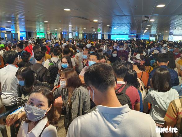 Lại kẹt cứng ở khu soi chiếu sân bay Tân Sơn Nhất - Ảnh 3.