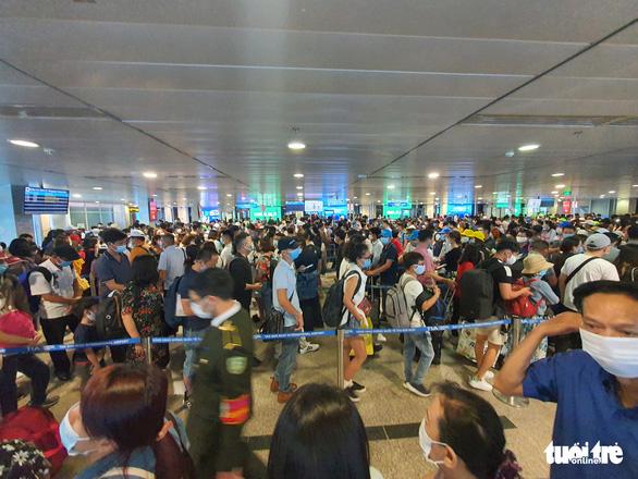 Lại kẹt cứng ở khu soi chiếu sân bay Tân Sơn Nhất - Ảnh 4.