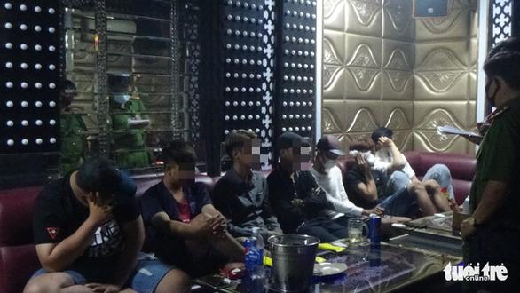 Phát hiện 9 người dương tính với ma túy tại quán karaoke - Ảnh 2.
