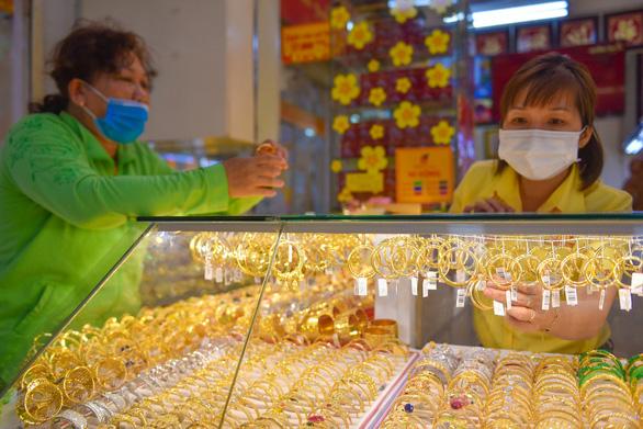 Campuchia căng thẳng dịch COVID-19, giá vàng nhẫn vọt tăng mạnh cuối tuần - Ảnh 1.