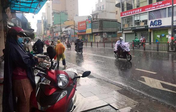 Mới chuyển mùa, vì sao TP.HCM và miền Nam mưa dầm dề từ đêm tới sáng? - Ảnh 1.