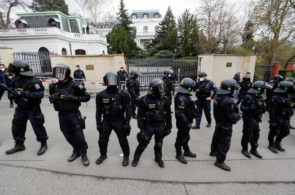 Nga dọa đáp trả việc 18 nhà ngoại giao bị trục xuất khỏi Czech - Ảnh 1.