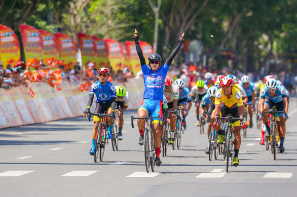 Nguyễn Trường Tài lật đổ cựu tuyển thủ xe đạp U23 Pháp - Ảnh 2.