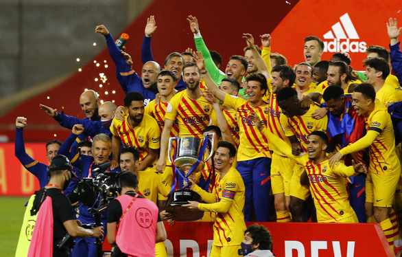 Messi lập cú đúp giúp Barca thắng 4 sao, đăng quang Cúp nhà vua - Ảnh 1.