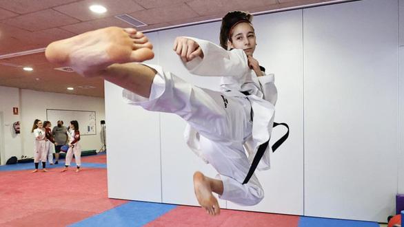 Nữ võ sĩ 17 tuổi vô địch châu Âu nhờ mê phim Lý Tiểu Long - Ảnh 2.