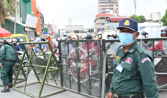Campuchia gia hạn lệnh cấm đi lại ngăn COVID-19 - Ảnh 1.