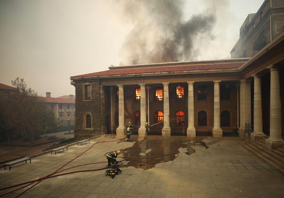 Cháy rừng, thư viện cổ ĐH Cape Town thành ngọn đuốc - Ảnh 1.
