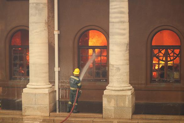Cháy rừng, thư viện cổ ĐH Cape Town thành ngọn đuốc - Ảnh 4.