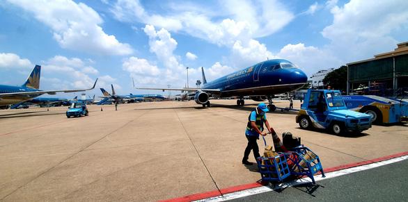 Hàng không xoay xở lấy lại bầu trời với hộ chiếu vắc xin - Ảnh 2.