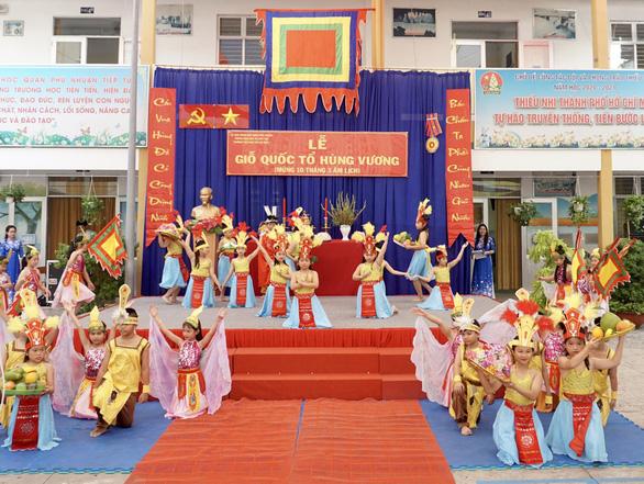 Nhiều trường tổ chức giỗ Tổ Hùng Vương để học sinh tìm hiểu cội nguồn - Ảnh 7.