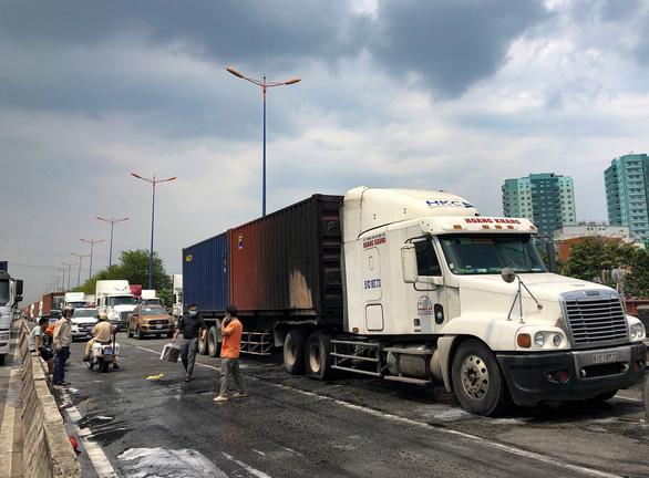 Xe container bốc cháy ngùn ngụt khi dừng đèn đỏ trên xa lộ Hà Nội - Ảnh 4.