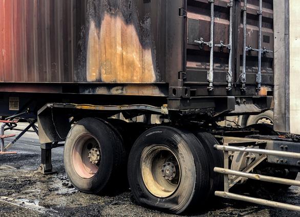 Xe container bốc cháy ngùn ngụt khi dừng đèn đỏ trên xa lộ Hà Nội - Ảnh 3.