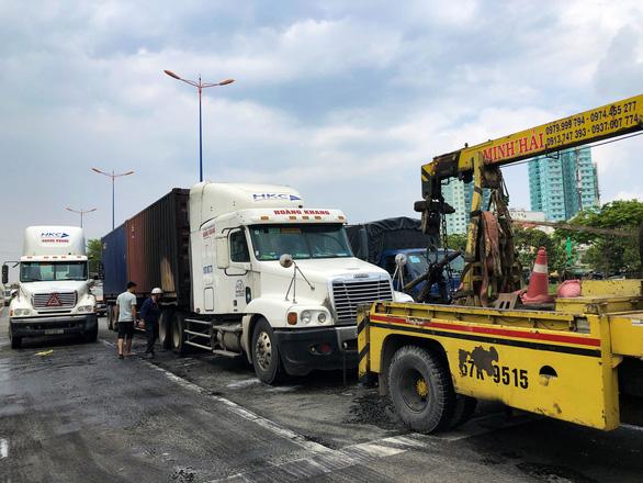 Xe container bốc cháy ngùn ngụt khi dừng đèn đỏ trên xa lộ Hà Nội - Ảnh 5.