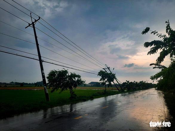 Hàng chục trụ điện ngã trong mưa gây mất điện diện rộng ở Củ Chi - Ảnh 4.