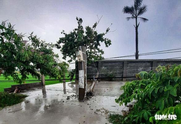Hàng chục trụ điện ngã trong mưa gây mất điện diện rộng ở Củ Chi - Ảnh 3.