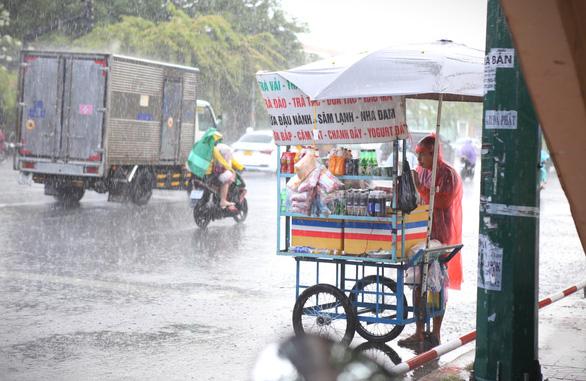 Siêu bão Surigae đánh vòng ra Thái Bình Dương vẫn gây mưa cho miền Nam - Ảnh 1.