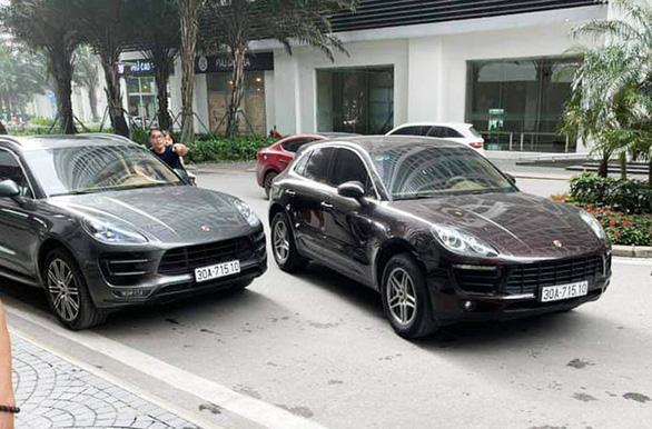 Cặp xe sang Porsche Macan trùng biển số chạm mặt ở Hà Nội - Ảnh 1.