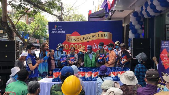 FPT Long Châu trao tặng miễn phí 210.000 ngày thuốc và 140 tấn gạo trên toàn quốc - Ảnh 1.