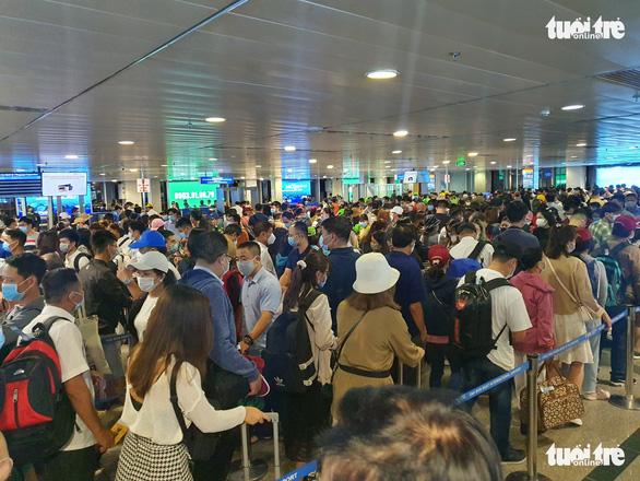 Sân bay Tân Sơn Nhất phải làm gì để giảm ùn ứ tại khu vực soi chiếu an ninh? - Ảnh 1.