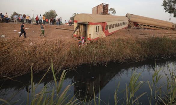 Tàu hỏa trật bánh ở Ai Cập, 11 người chết - Ảnh 1.