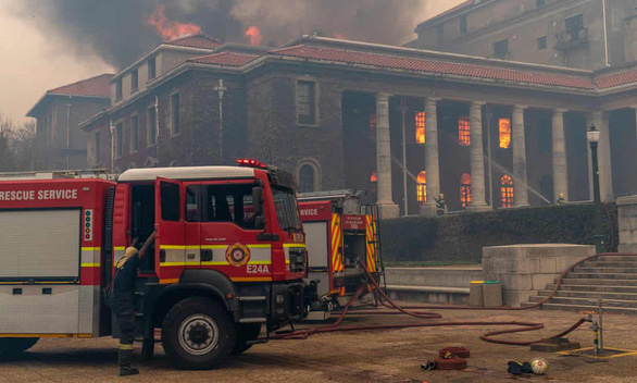 Cháy rừng, thư viện cổ ĐH Cape Town thành ngọn đuốc - Ảnh 3.