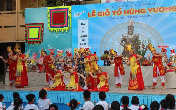 Nhiều trường tổ chức giỗ Tổ Hùng Vương để học sinh tìm hiểu cội nguồn - Ảnh 1.