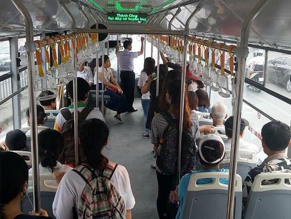 Nhường ghế khi đi xe buýt, nét văn hóa của người trẻ Sài Gòn - Ảnh 1.