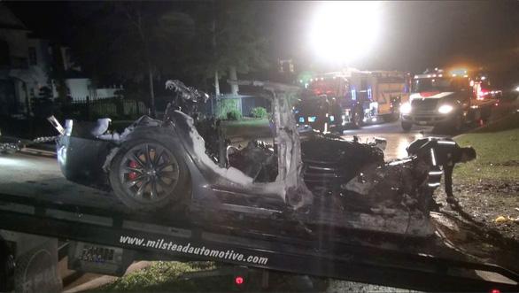 Tin tưởng xe tự lái Tesla, 2 người thiệt mạng - Ảnh 1.