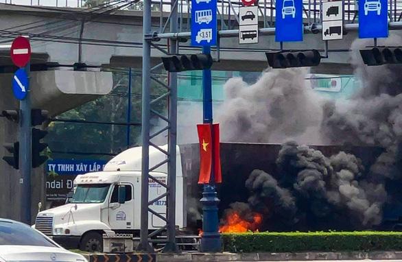 Xe container bốc cháy ngùn ngụt khi dừng đèn đỏ trên xa lộ Hà Nội - Ảnh 2.