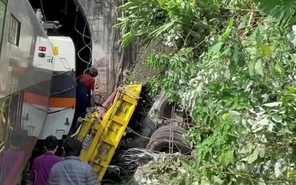 Xe tải tuột thắng gây ra thảm họa đường sắt Đài Loan - Ảnh 2.