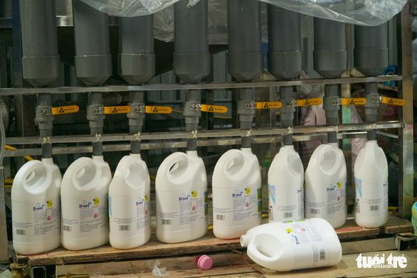 Xưởng nhỏ ở Hà Nội cho ra lò toàn nước giặt Thái Lan - Ảnh 4.